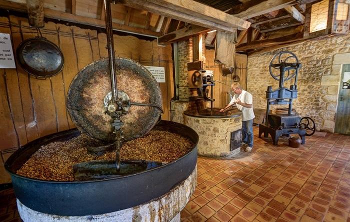 94-moulin-huile-musee-noix-castelnaud-dordogne-perigord-1.jpg