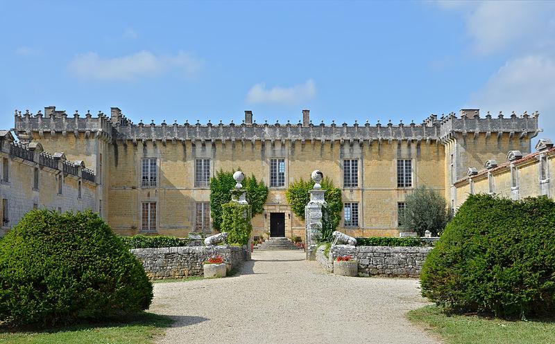 405-cherves-richemont_16_chateau_chesnel_entree_cour.jpg