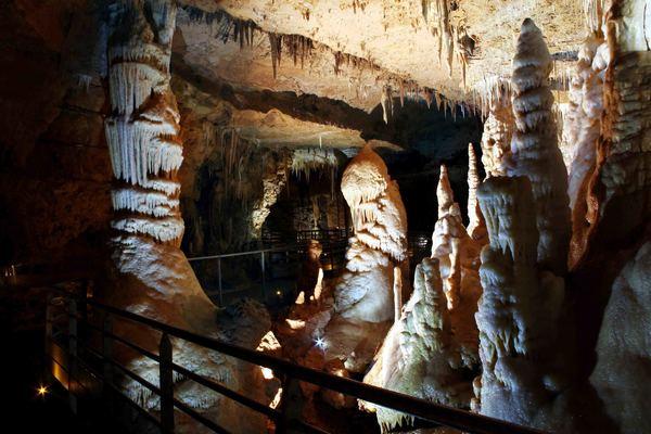 41-grottes-de-tourtoirac-colonnes.jpg