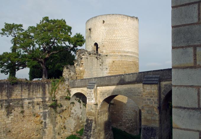 Forteresse-de-chinon-donjon-et-pont.jpg