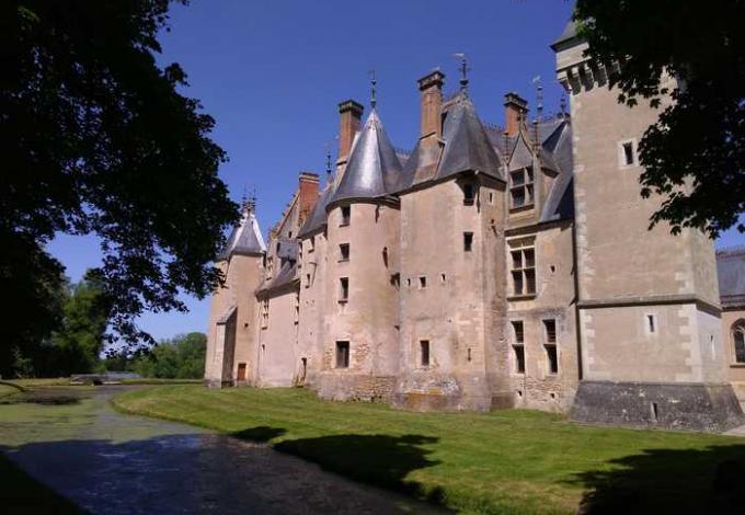 219-chateau-meillant-cher-facade-medievale.jpg