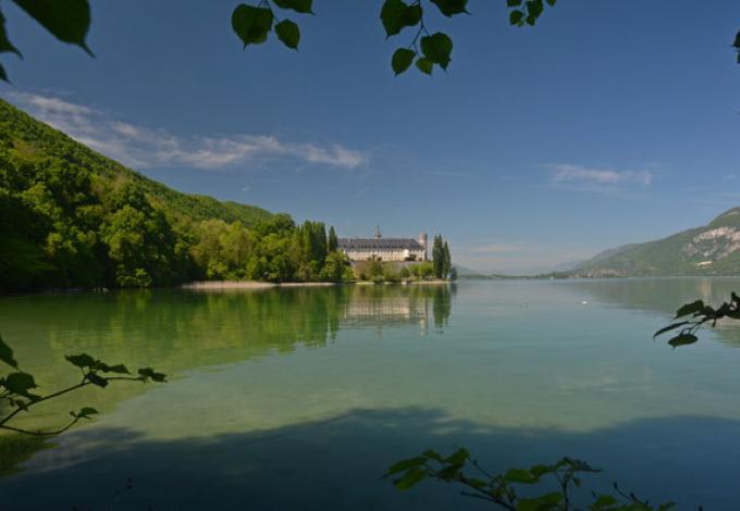 220-abbaye-d'hautecombe-vue-du-lac.jpg