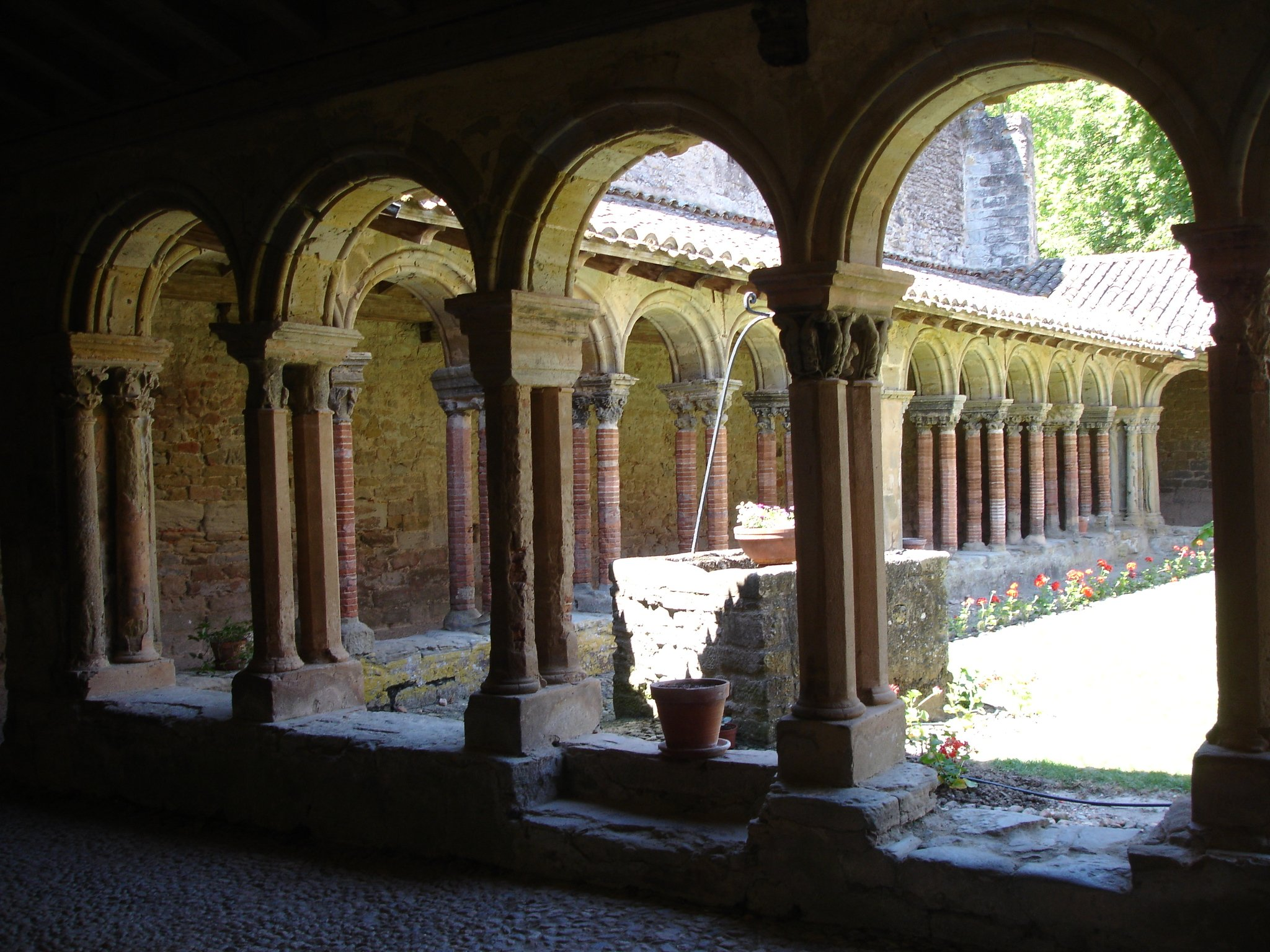 1570-abbaye-saint-papoule-cloitre-aude.jpg