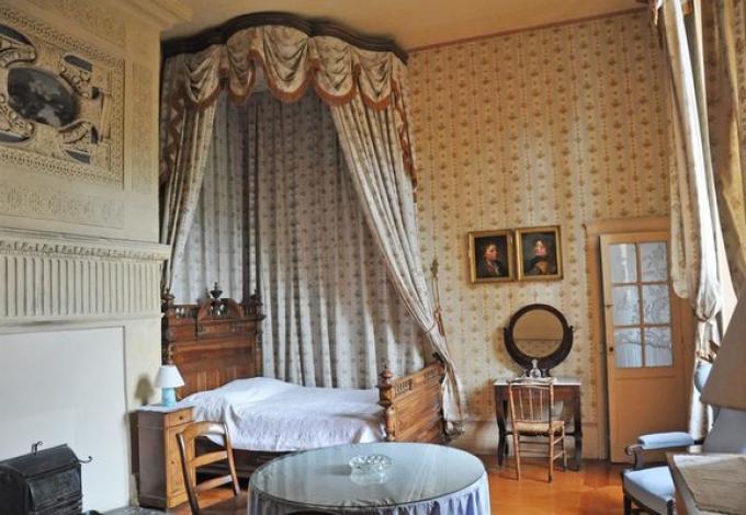 34-chateau-lanquais-chambre-louis_xvi-02.jpg
