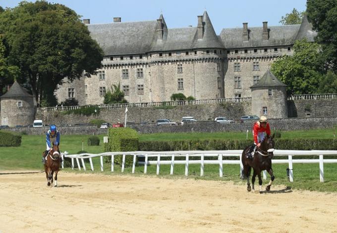 146-chateau-pompadour-correze-chevaux-course-1.jpg