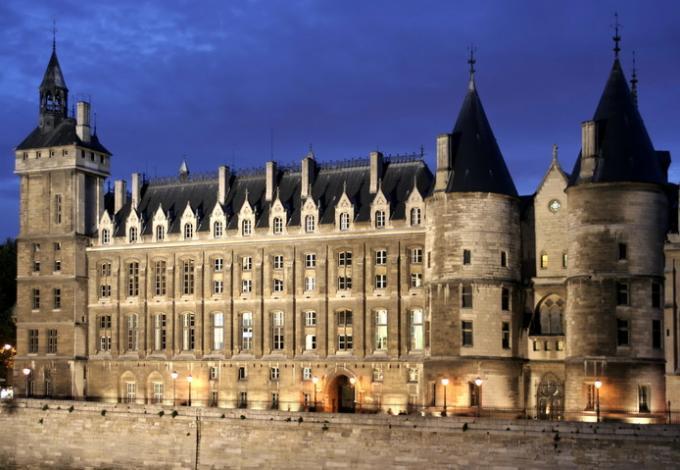 62-conciergerie-paris-vue-facade.jpg